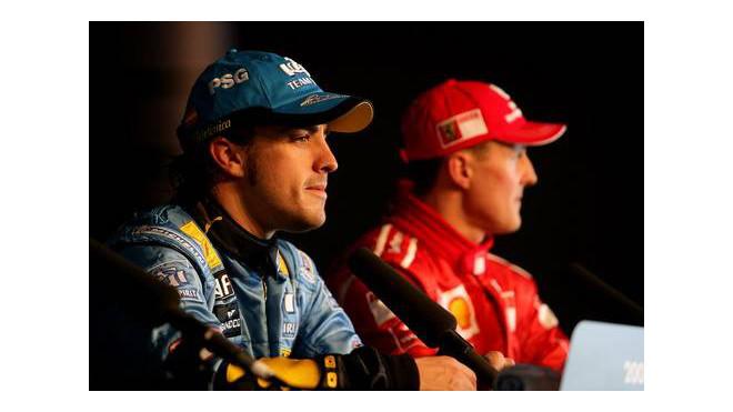 Fernando Alonso (vlevo) a Michael Schumacher na tiskové konferenci v Silverstone před 12 lety