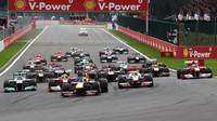GRAFIKA: Startovní rošt po penalizacích - Hamilton a Alonso ze stejné řady, zezadu - anotační obrázek