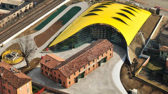 Nové muzeum Ferrari v Modeně otevřelo brány, má českou stopu - anotačné foto