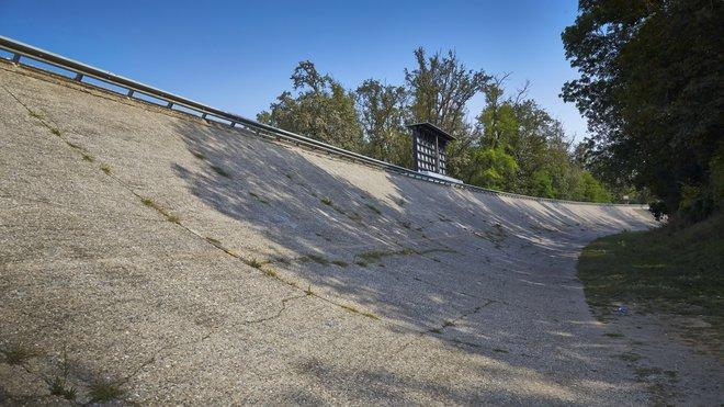 Jedna z klopených zatáček oválného okruhu na Monze, po kterém se proháněly monoposty Formule 1 v dávné minulosti