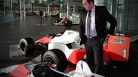 Eric Boullier s historickými vozy McLarenu ve Wokingu