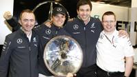 Partička Mercedesu v dobré náladě (Lowe, Rosberg, Wolff a Cowell)