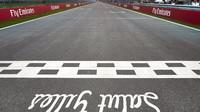 Startovní rovinka na okruhu Gillese Villeneuva