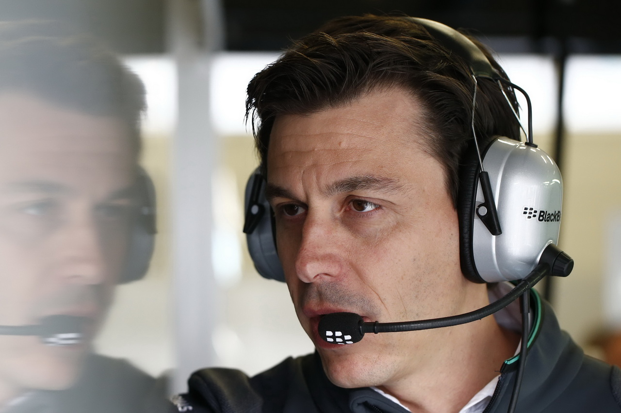 Toto Wolff v palbě otázek: Lewisův problém s motorem, konspirace i Ecclestoneova pomoc - anotační foto