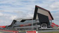 Silverstone: Čím je zajímavý britský okruh plný rychlých zatáček? + video