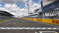 GRAFIKA: Startovní rošt v Maďarsku - Mercedesy před Verstappenem s výhodou tvrdší směsi - anotační obrázek