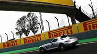 Závodu v Brazílii zatím dominuje safety car