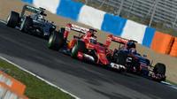 Max Verstappen (vpravo) při souboji s Ferrari a s Mercedesem