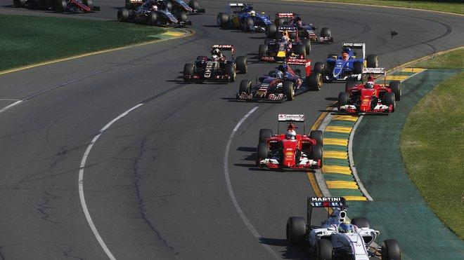Vozy Ferrari po startu v Melbourne