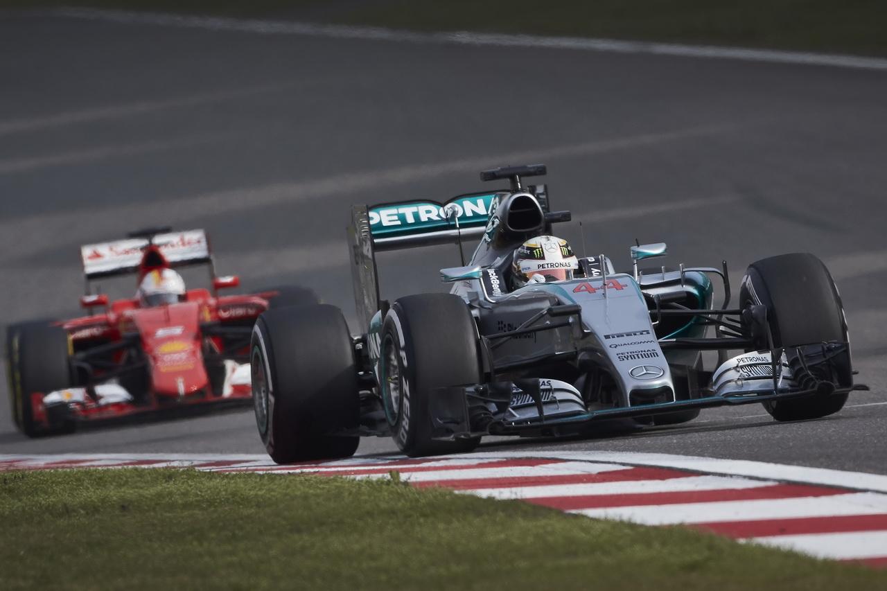 Mercedes k problémům dohnalo lepšící se Ferrari - anotační foto
