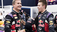David Coulthard si rád svou závodní minulost připomíná (na snímku s Daniilem Kvjatem)