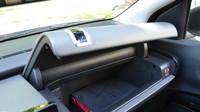 Airbag spolujezdce se přesunul do stropní výplně k hraně čelního okna. Díky tomu je k dispozici objemná přihrádka.