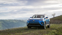 Nová Toyota RAV4 Hybrid: S úplně přepracovanou přední častí působí RAV4 úhlazeněji a aerodynamičtěji. Důležitou změnou je použití full LED reflektorů s automatickým přepínaním dálkového režimu.