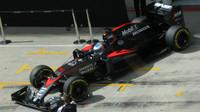 Alonso vyjíždí z boxů