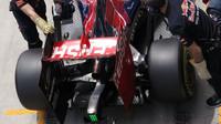 Zadní křídlo a výfuk vozu Toro Rosso STR10 Ferrari