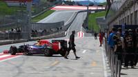 Ricciardo vyjíždí na trať