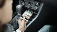 Phone Box funguje jako praktický odkládací prostor pro mobilní telefon a současně nabízí indukční spojení mobilního telefonu s vnější anténou.