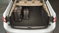Otvor zavazadlového prostoru je dlouhý 898 mm, široký 1 075 mm a otevírá se až do výšky 1 902 mm.