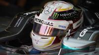 Lewis Hamilton ve svém Mercedesu