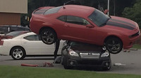 Chevrolet Camaro na střeše Subaru