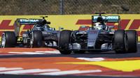 Lewis Hamilton před Nicem Rosbergem