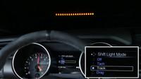 Nový systém Performance Shift Light Indicator pomáhá řidiči poznat optimální čas pro přeřazení.