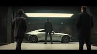 James Bond se seznamuje s novým Aston Martinem DB10.