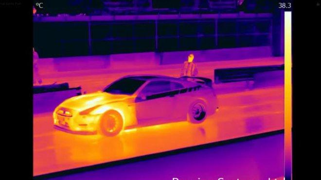 Nissan GT-R okem termokamery.