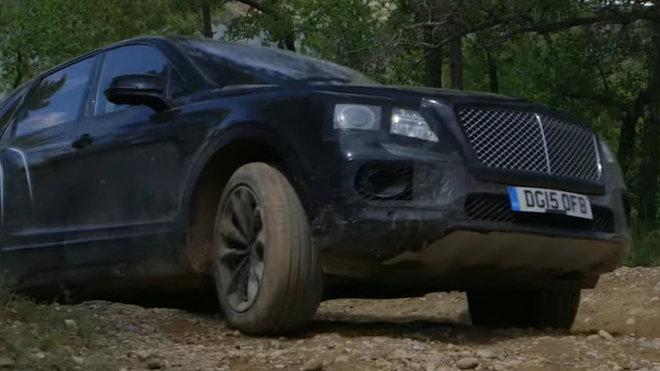 Bentley Bentayga se ani mimo silnici neztratí.