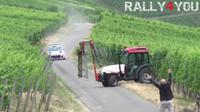 VIDEO: Závodník rally jen tak tak ubrzdil svůj vůz před traktorem - anotační foto