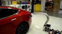 """Tesla světu představuje prototyp robotického """"hada"""" který by měl usnadnit průběh nabíjení elektromobilů."""