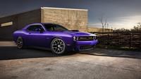 Dodge Challenger v zářivé barvě plum.