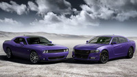 Dodge Challenger a Charger SRT Hellcat v zářivé barvě plum.