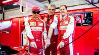 Piloti Räikkönen a Vettel pózují se šéfem týmu Arrivabenem před volnými tréninky na GP Belgie 2015