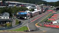 Monoposty stájí Lotus a McLaren při přípravě na GP Belgie 2015 na slavném okruhu Spa-Francorchamps
