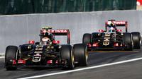 Pastor Maldonado následovaný testovacím pilotem týmu Lotus Jolyonem Palmerem při výjezdu z boxů na okruhu Spa Francorchamps
