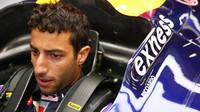 Daniel Ricciardo v kokpitu monopostu Red Bull při kvalifikaci na GP Belgie 2015
