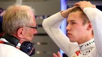 Helmut Marko a Daniil Kvjat diskutují v boxech stáje Red Bull před kvalifikací na GP Belgie 2015