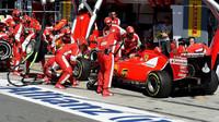 Kimi Räikkönen při výměně pneumatik