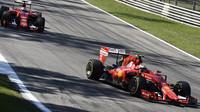 Kimi Räikkönen před Sebastianem Vettelem, GP Itálie (Monza)