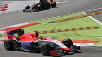 Roberto Merhi před vozy McLarenu, GP Itálie (Monza)