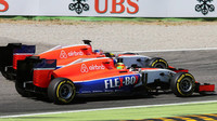 Will Stevens předjíždí týmového kolegu Roberta Merhiho, GP Itálie (Monza)