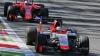 Will Stevens před Sebastianem Vettelem, GP Itálie (Monza)