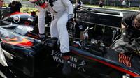 Jenson Button se připravuje na startovním roštu, GP Itálie (Monza)