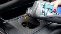 Jak vyměnit v autě olej? Jednoduchý úkon může být těžší, než se zdá - anotační foto