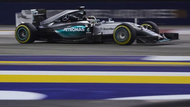 Lewis Hamilton s Mercedesem v Singapuru