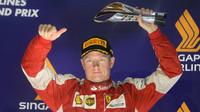 Kimi Räikkönen se svou trofejí, GP Singapuru (Singapur)