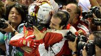 Sebastian Vettel se raduje s mechaniky z vítězství, GP Singapuru (Singapur)