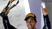 Daniel Ricciardo se svou trofejí, GP Singapuru (Singapur)