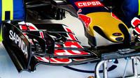 Detail předního křídla vozu Toro Rosso STR10 - Renault, GP Japonska (Suzuka)
